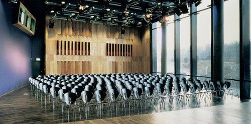 KOMED-Saal mit Stuhlreihen